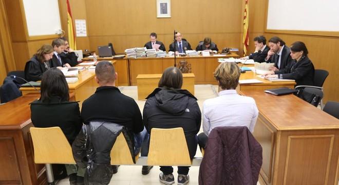A la izquierda los dos mossos acusados en el juicio celebrado en la Audiencia de Barcelona