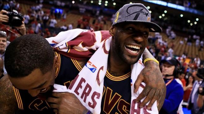 Lebron James celebra con J.R. Smith el triunfo de la Cavaliers y su pase a la final de la NBA