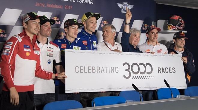 Lorenzo, Crutchlow, Viñales, Rossi, Agostini, Nieto, Márquez y Pedrosa, hoy en Jerez, celebrando el GP nº 3.000.
