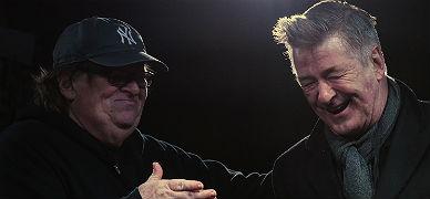 Michael Moore y Alec Baldwin, durante las protestas de anoche en Nueva York.