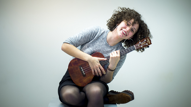 Paula Valls interpreta amb el seu ukelele 'Get away' en acústic.