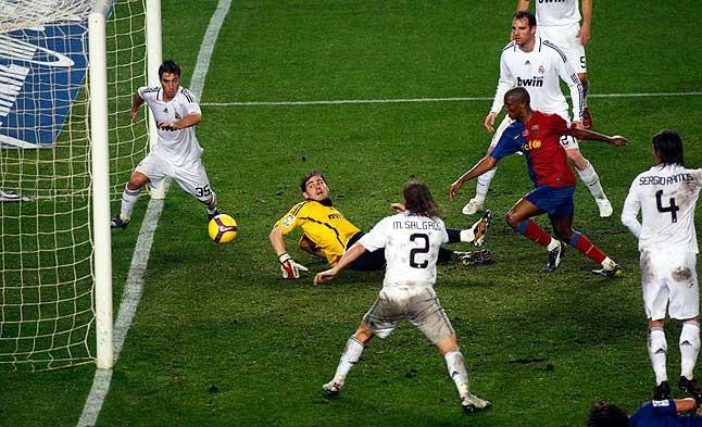 El placer del gol. Etoo bate a Casillas y marca al que fue su primer equipo en España en el clásico disputado en el Camp Nou la temporada 2008-2009.
