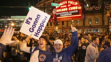 Aficionados de los Cubs celebran el s�bado la victoria en la Liga Nacional junto al estadio Wrigley Field, en Chicago.