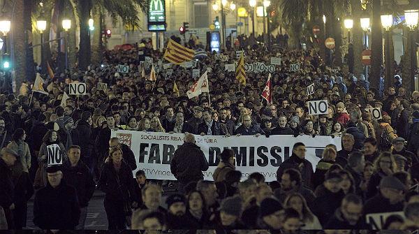 Milers de persones protesten a València contra el tancament de la radiotelevisió pública valenciana