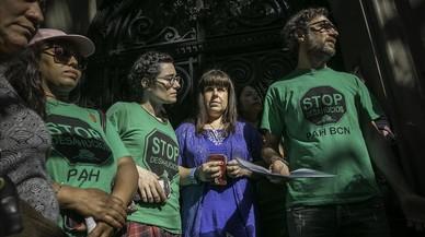 Activistas de la PAH evitan el desahucio de Jéssica Blanco y su hija de tres años, este martes en el 435 de la calle de Còrsega.