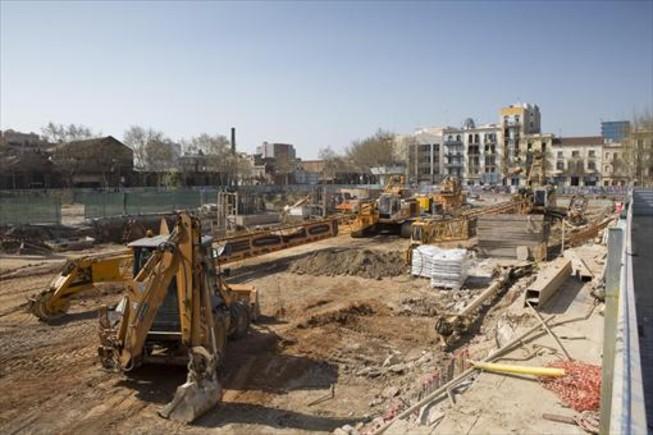Zona de obras de los dos hoteles situada ante los tres edificios de la calle de Llull desalojados, el miércoles.
