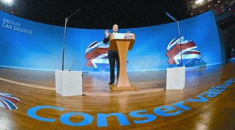 Cameron se dirige a los delegados 'tories' en Birmingham, ayer.