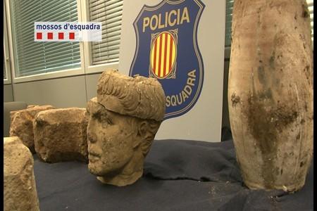 Las dos piezas recuperadas del robo en Olesa de Bonesvalls.