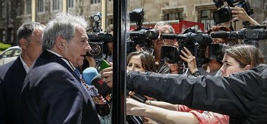 El presidente de la Diputaci�n de Valencia atiende a los medios de comunicaci�n frente a la Generalitat valenciana, el pasado jueves.