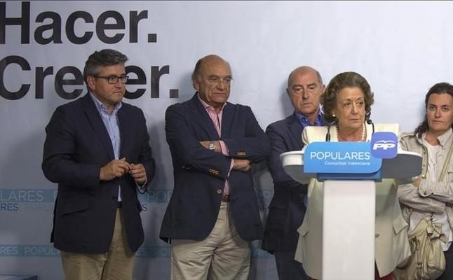 Rita Barberá con varios de los concejales investigados de la operación Taula, durante la noche electoral del 24-M.