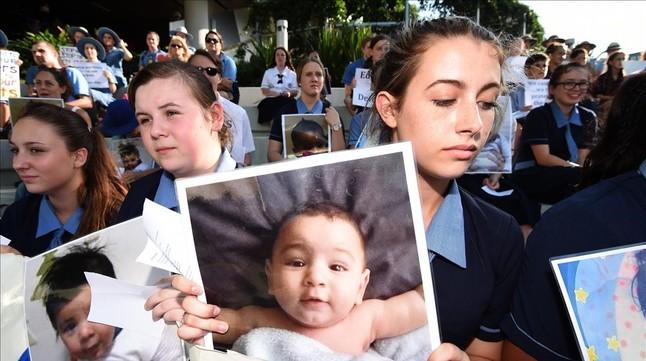 Unos estudiantes manifestándose a las puertas del hospital infantil Lady Cilento de Brisbane (Australia).