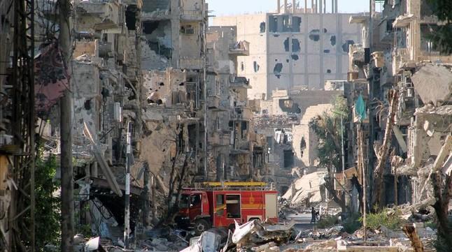 Un camión de bomberos en medio de un paisaje de destrucción en Deir Ezzor, en septiembre del 2013.