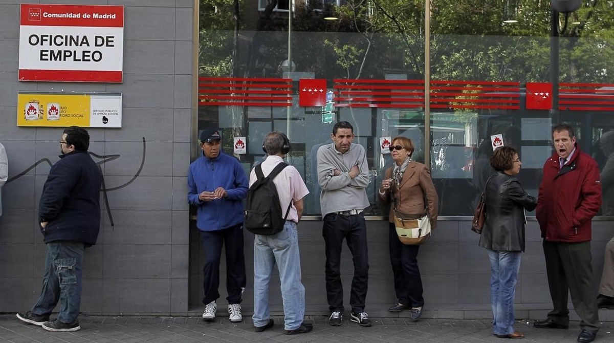 Parados ante una oficina de empleo de Madrid.
