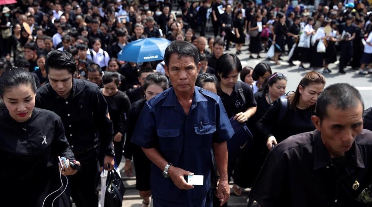 Miles de tailandeses hacen cola para rendir tributo al fallecido rey Bhumibol Adulyadej.