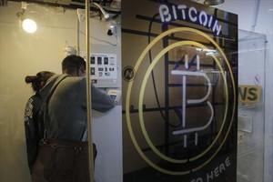 Dos clientes en un Bitcoin ATM de Hong Kong, el pasado sábado.