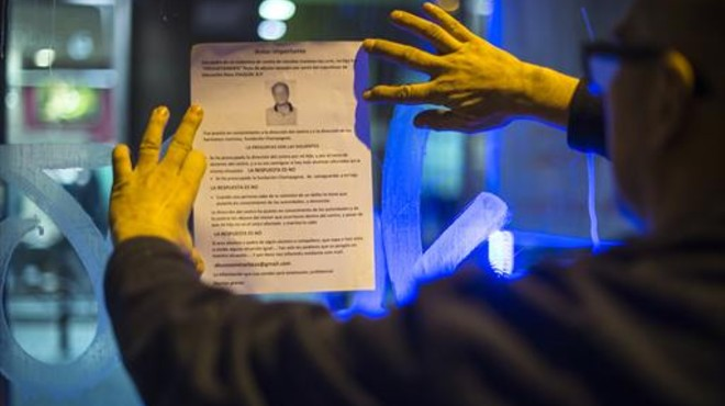 El padre de una víctima pega un pasquín en la puerta del colegio de los maristas de Les Corts denunciando a Benítez.