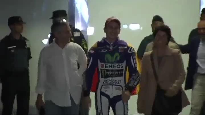 Jorge Lorenzo sufre un accidente leve al quemarse con la moto con que ten�a que pasear por las calles de Mallorca en el desfile de celebraci�n de su tercer t�tulo de campe�n de MotoGP.