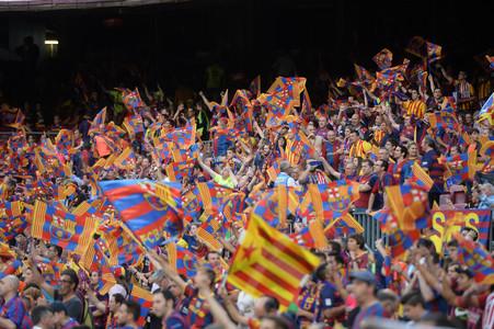 La afici�n del Bar�a, en la grada del Camp Nou antes del inicio del partido contra el Athletic.