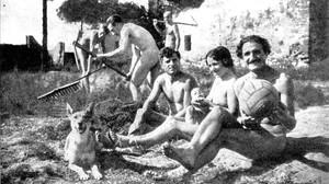 Nicol�s Capo (derecha), con su mujer, Ramona, que lleva en brazos a su hijo Apolo, en la colonia nudista de Gav�, en 1932.