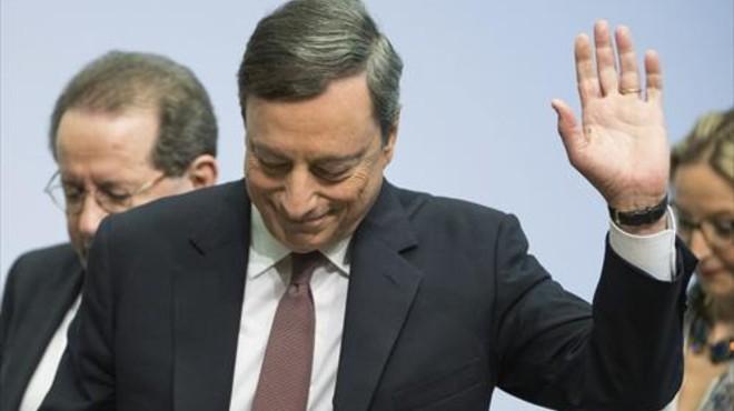 Draghi saluda tras comparecer ante la prensa.