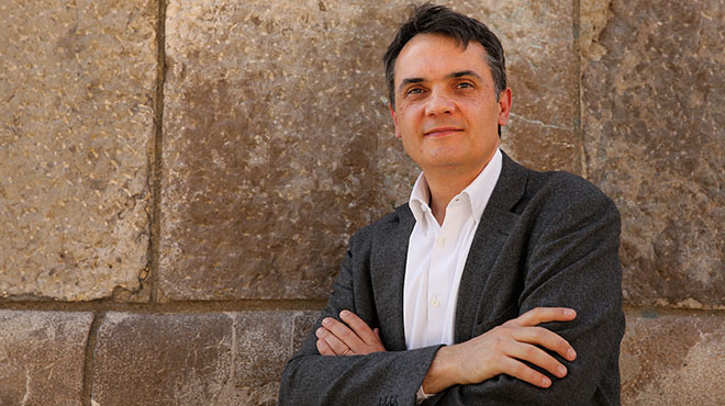 Carles Martíse presenta para competir conCarmen Chacón.