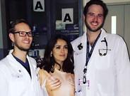Salma Hayek, con la camiseta que representa unas manos cogi�ndole los pechos, posa con los doctores que la han atendido de urgencia en el hospital.