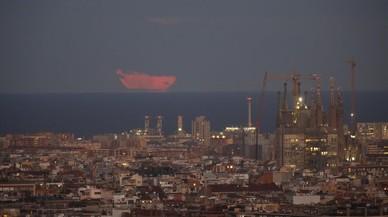 L'espectacle de la superlluna brilla a Barcelona tot i els núvols