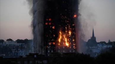 Las llamas y el humo en la torre en Latimer Road, al oeste de Londres.