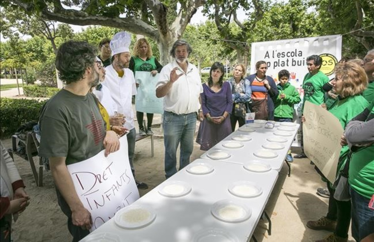 Protesta ante el parlament por las becas de comedor for Becas comedor barcelona