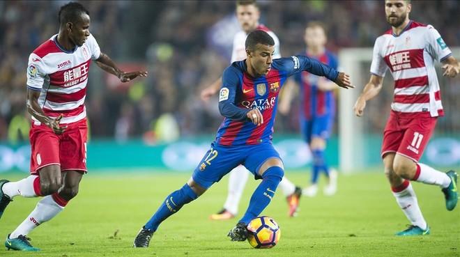 Rafinha se va entre dos jugadores del Granada.