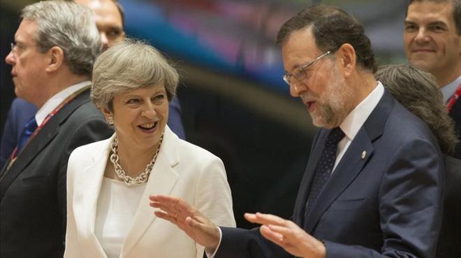 Rajoy invita a Sánchez a que tome la iniciativa para cerrar una reunión