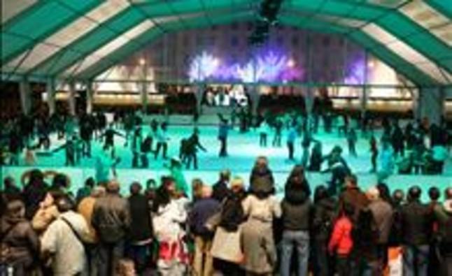 Empieza el montaje de la pista de hielo de la plaza de Catalunya