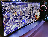 Televisor curvo Samsung de ultra alta definici�n, de 2,66 metros de diagonal, presentado en el CES�de Las Vegas.