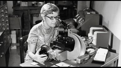 La astrónoma estadounidense Vera Rubin, cuyos trabajos permitieron confirmar la existencia de la enigmática materia oscura