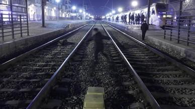 Vies del tren en el pas a nivell de l'estació de Montcada i Reixac.
