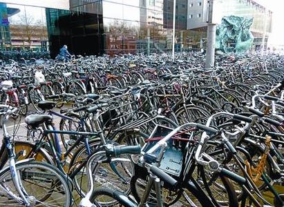 Concentración Párking de bicicletas ante la estación de ferrocarril de Utrecht, con 16.500 vehículos.