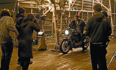 Mario Casas, a lomos de una moto, se prepara para el rodaje de una escena de su nuevo filme 'Tengo ganas de ti', dirigida por Fernando González Molina.