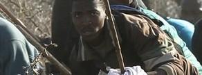 Un policía dispara durante una protesta de trabajadores de la mina de Rustenburg, en Sudáfrica.