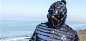 Grillo pasea con una máscara por la playa de Marina di Bibbona, en el centro de Italia, este domingo.