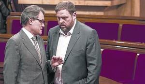 Junqueras conversa con Artur Mas, en el Parlament.