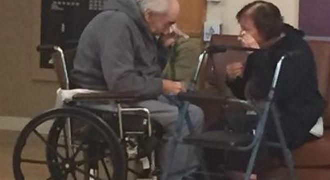 La fotografia d'un matrimoni obligat a viure separat després de 62 anys inunda les xarxes