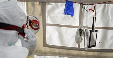 Una sanitaria participa en un curso sobre c�mo combatir el �bola impartido en Ginebra para personal de la Cruz Roja y M�dicos sin Fronteras.