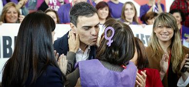 Pedro S�nchez besa a simpatizantes socialistas, este domingo en Valencia.