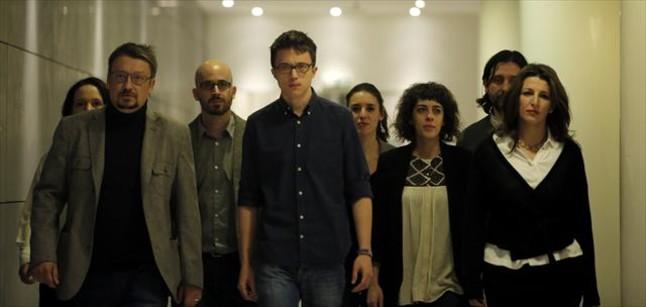Xavier Domènech (En Comú Podem) e Íñigo Errejón, con otros miembros del equipo negociador de Podemos.