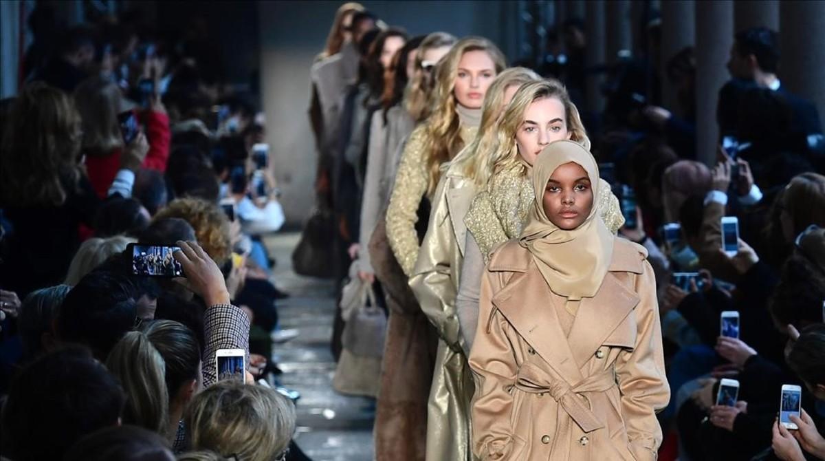 lmmarco37403354 us somalia model halima aden presents a creation for fashion170224132806