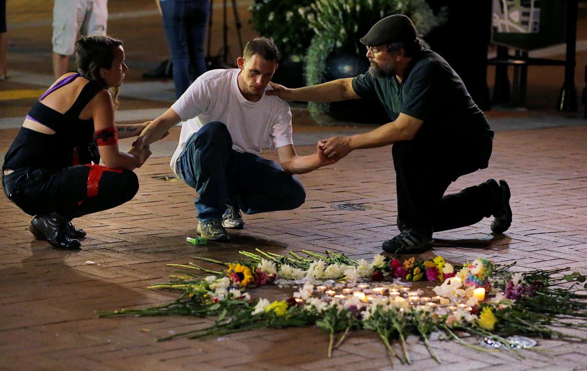 Vigilia en la calle, anoche, tras la violencia vivida este sábado en las calles de Charlottesville.
