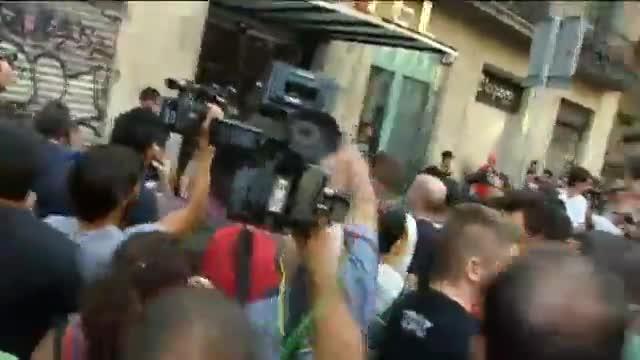 Un grupo de vecinos se enfrentan a los impulsores de la acción fascista.