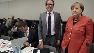 Merkel (derecha) y el presidente del grupo parlamentario de la CSU, Alexandre Dobrindt, en Berlín, el 20 de noviembre.