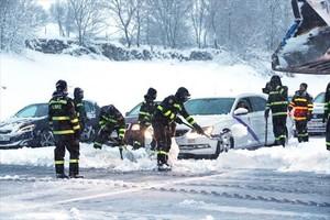 Militares participan en las labores de desatasco de los coches atrapados en la AP-6 el domingo.