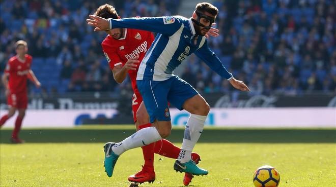 David López pugna por un balón con Franco Vázquez.